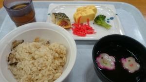 昼食はきのこごはん定食。