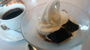 A.Aさんのコーヒーゼリーは自慢のソフトクリームつき。