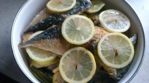 サバの尾の身+酢+しょうゆ+片栗粉+ごま油オーブンで焼いてレモンではさんでみた