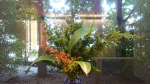 柿の葉寿司屋さんの生け花、背景が外の植木って新しい