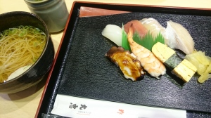 大阪中央市場内お寿司屋さん見つけた。