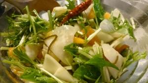 農業塾の蕪、水菜と塩昆布、柿、お酢、レモン少々。