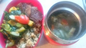 はるさめならぬ糸寒天入りのにんじん葉スープ、ケールのイタリアン野菜炒め、夕べと同じチャーハンとお肉。