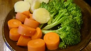 ジャガイモの皮が赤ちゃんの肌のよう。蒸し野菜たち。