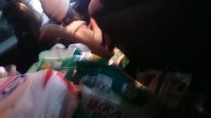 世代別衛生用品と食料品で後部座席いっぱいになる