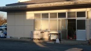 山田荘小学校の給食室。お掃除か工事なさってました。