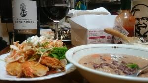 サラダ、あずきと餅麦のプチプチスープ、お店のチキン、ぷちおにぎりに、とっときのワイン。