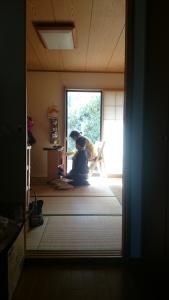 母が、俳句と短歌の本を整理し孫が手伝います。