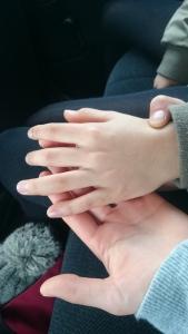 車中にて。娘っ子たちの手。