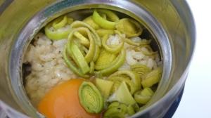 ラーメンスープにおにぎりごはんと卵、ポアロネギを投入してのジャー雑炊。